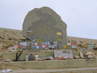 800px-Mont-Ventoux-Memorial-Tom-Simpson
